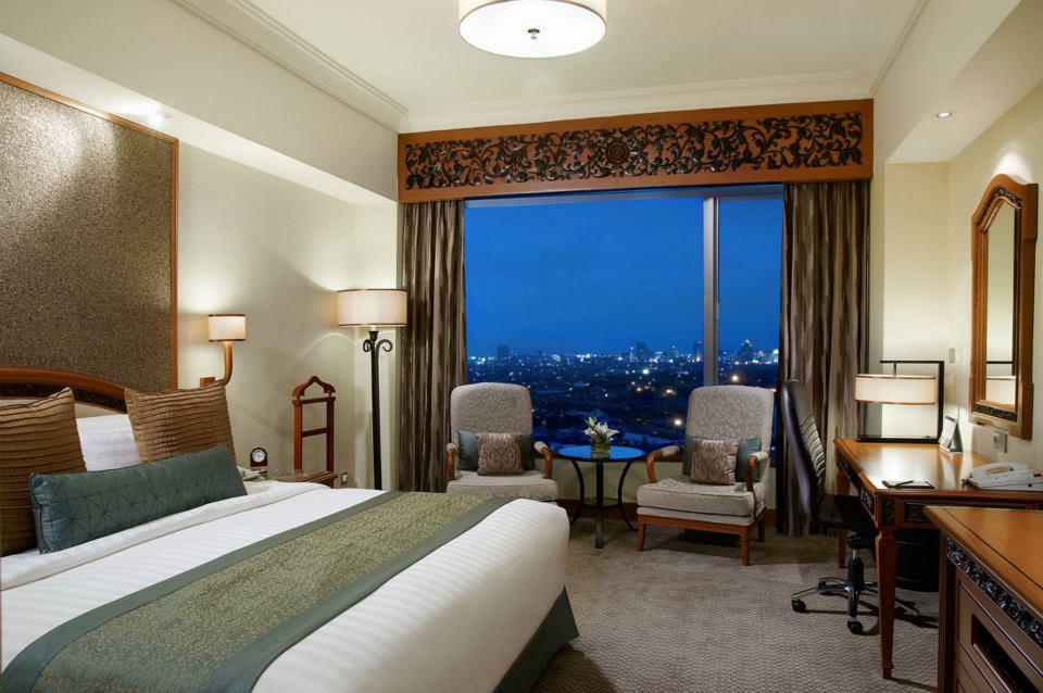Kamar tipe Deluxe di Hotel Shangri-La Surabaya.