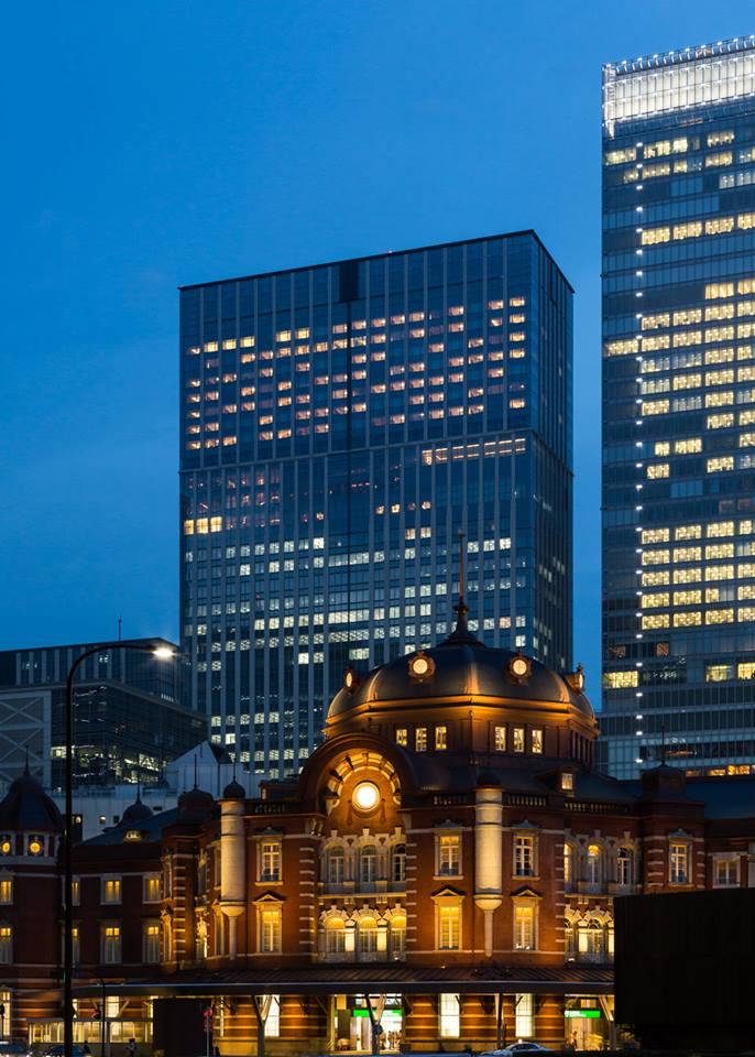 Fasad Shangri-La Hotel, Tokyo. Di depannya berdiri Stasiun Tokyo.