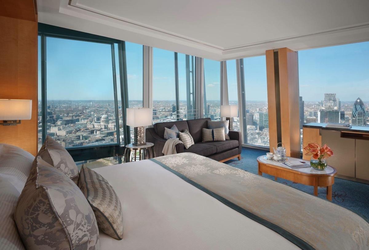 Kamar menyuguhkan pemandangan kota yang menawan.