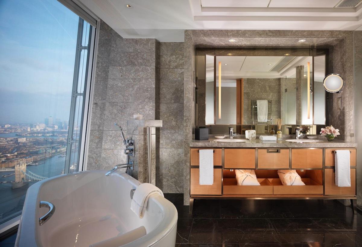 Kamar mandi pun menyuguhkan lanskap kota London.