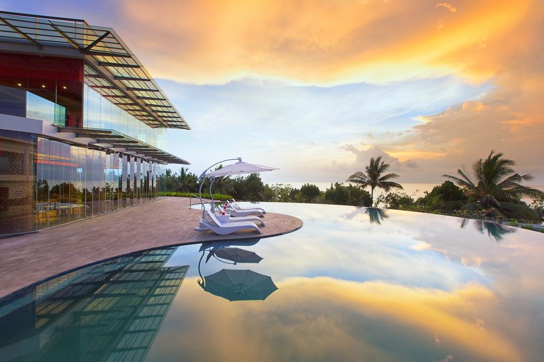 Matahari terbenam Pantai Kuta disaksikan dari area kolam renang Sheraton Kuta.