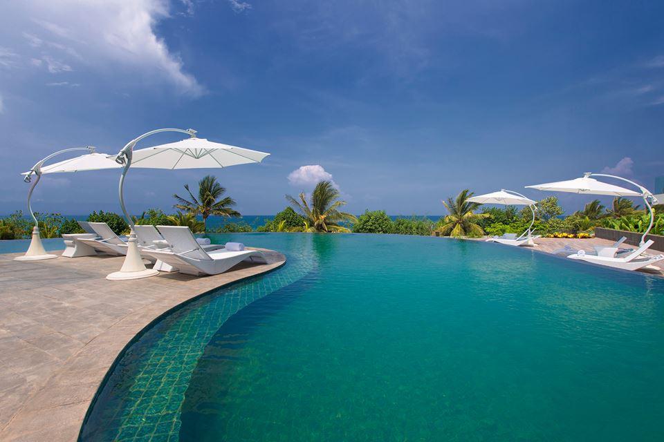 Kolam renang di Sheraton Bali Kuta Resort yang menghadap langsung ke Pantai Kuta.