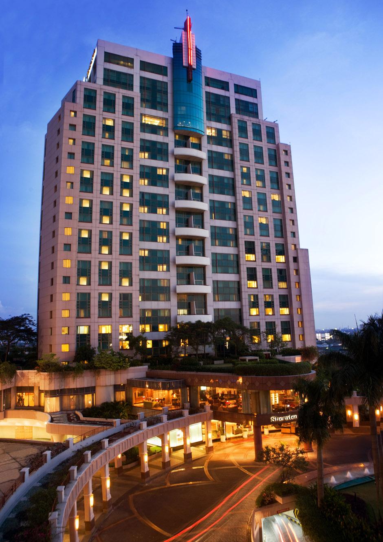 Sheraton Surabaya terletak di dekat mal Tunjungan Plaza.