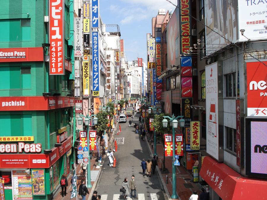 Irama kehidupan di Shinjuku, Tokyo. (Foto oleh Alexander Checetkin)