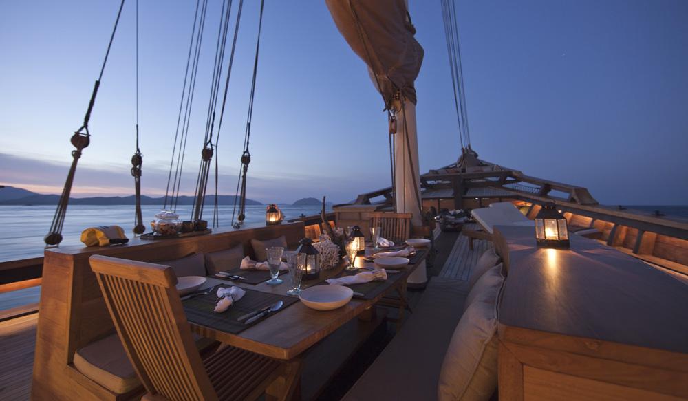 Makan malam di bawah taburan bintang di dek kapal Si Datu Bua.