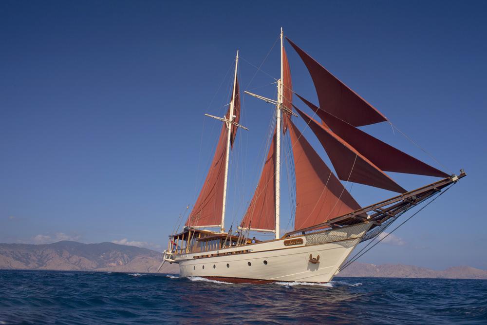 Kapal Si Datu Bua yang tengah melakoni pelayaran di kawasan Pulau Komodo.