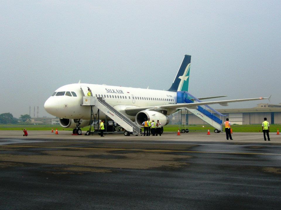 Salah satu pesawat SilkAir bersiap untuk menaikkan penumpang.