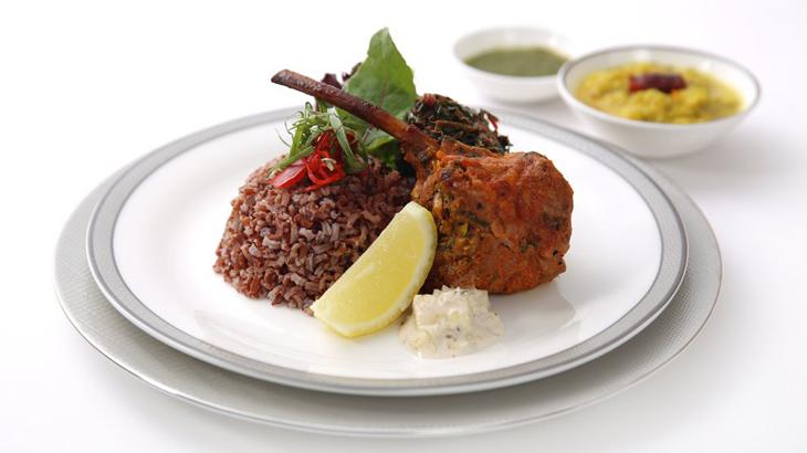Hidangan daging kambing yang disajikan dengan nasi merah.