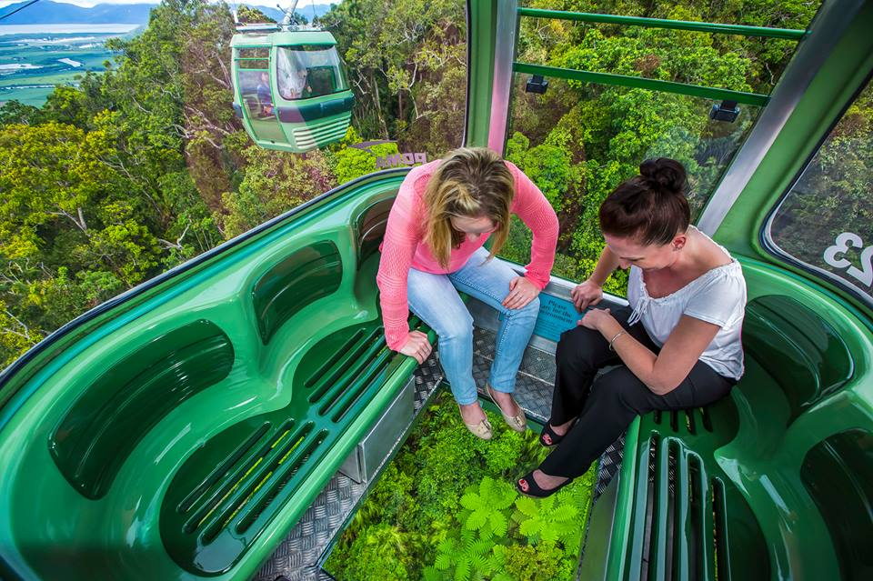 Gondola biasa dengan lantai kaca juga tersedia bagi mereka yang penakut.