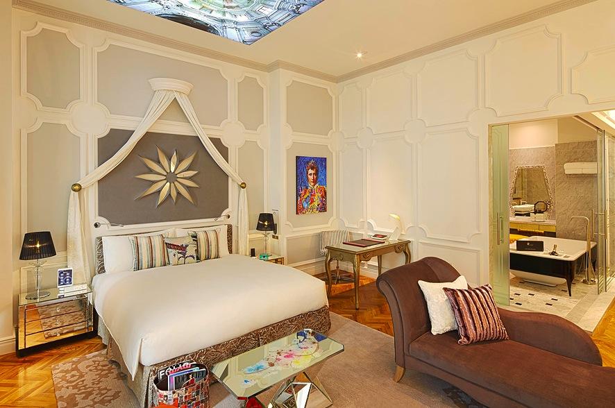 Kamar So Lofty dengan desain elegan karya Karl Lagerfeld.