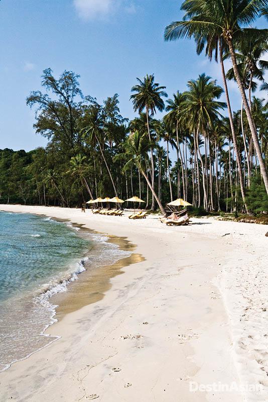 Area bersantai di pantai di depan Soneva Kiri, resor termewah dan terbesar di Koh Kood.