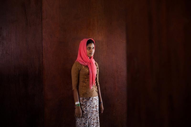 Foto pengungsi Rohingya, mayoritas anak dan wanita, yang mendarat di Aceh pada Mei tahun lalu karya Fauzan Ijazah.