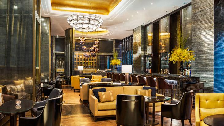 Astor Bar dengan desain elegan khas St. Regis.