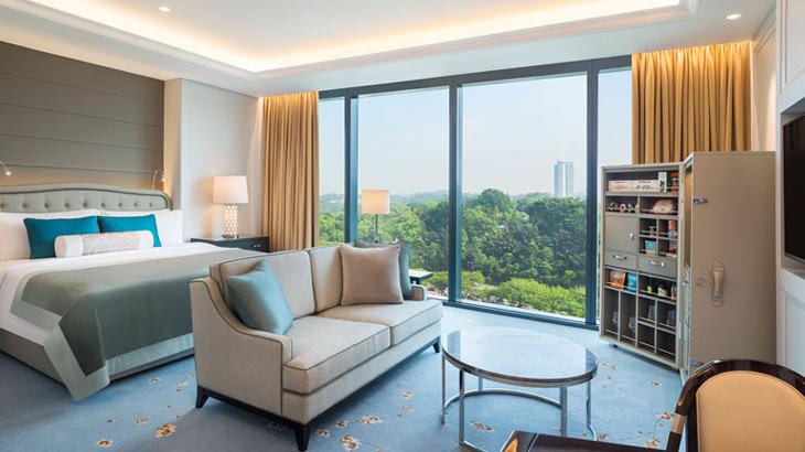 Interior kamar mewah lengkap dengan panorama kota.