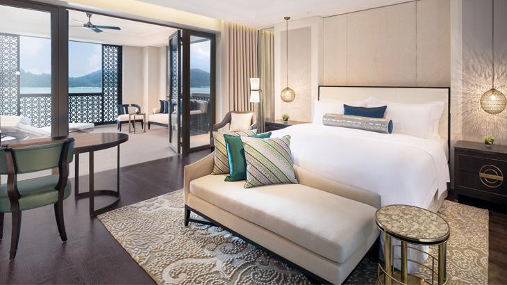 Kamar yang luas dengan desain elegan khas St. Regis.