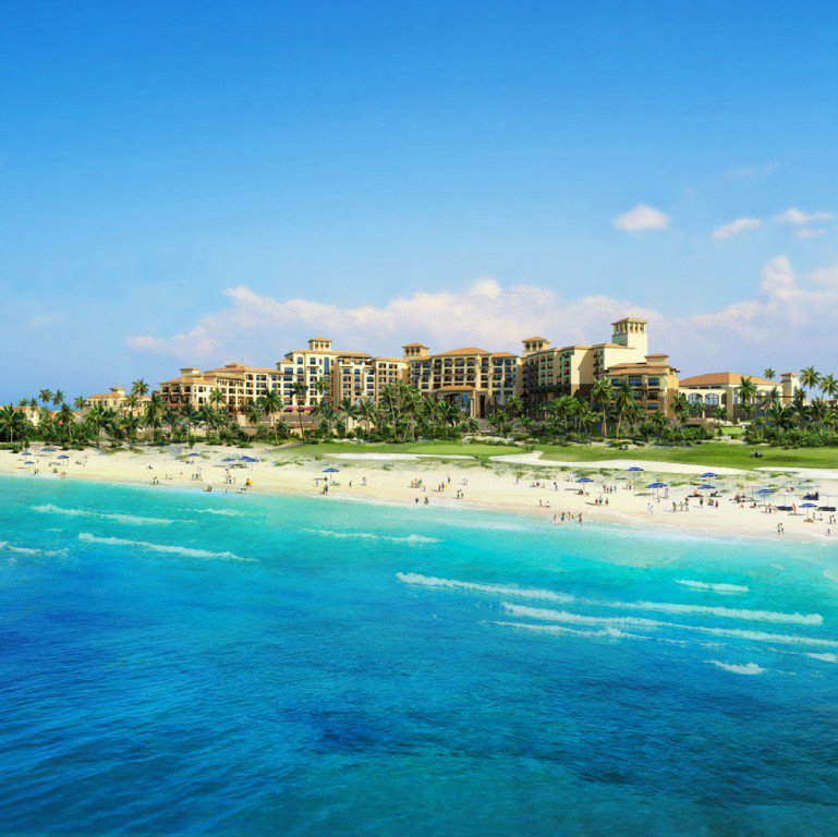 St. Regis Saadiyat Island Resort dengan pantainya yang biru.