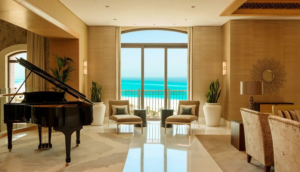 Ruang keluarga lengkap dengan piano mewah.