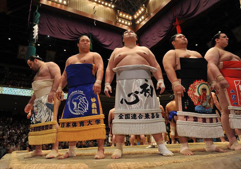 Suasana turnamen sumo di Jepang.