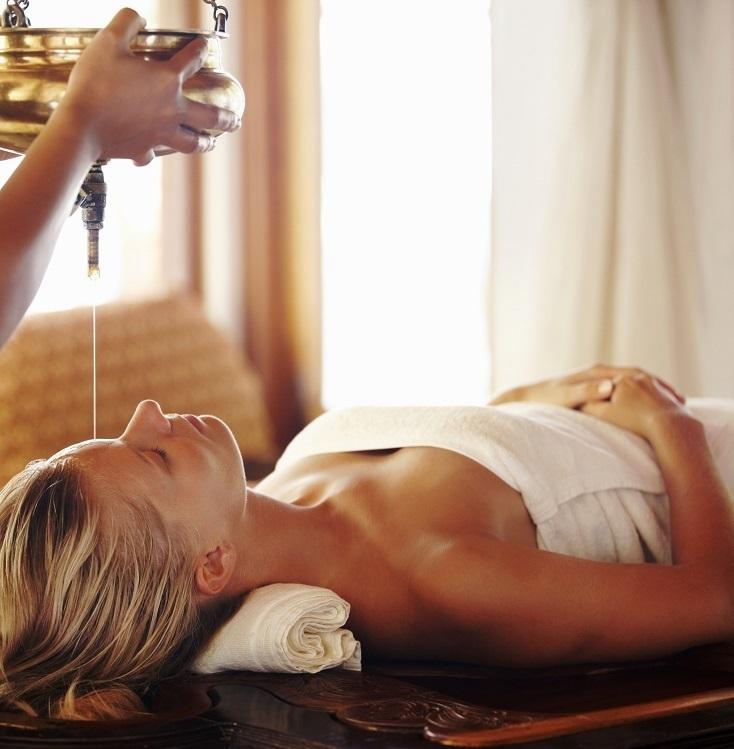 Perawatan bisa dilakukan di ruangan dengan pemandangan laut berwarna turkois.