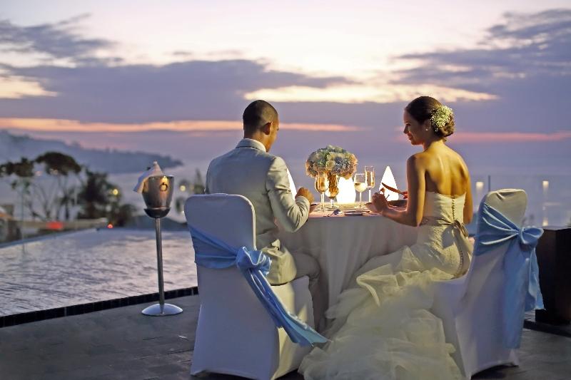 Makan malam romantis di rooftop sambil menyaksikan mentari terbenam di Pantai Jimbaran.