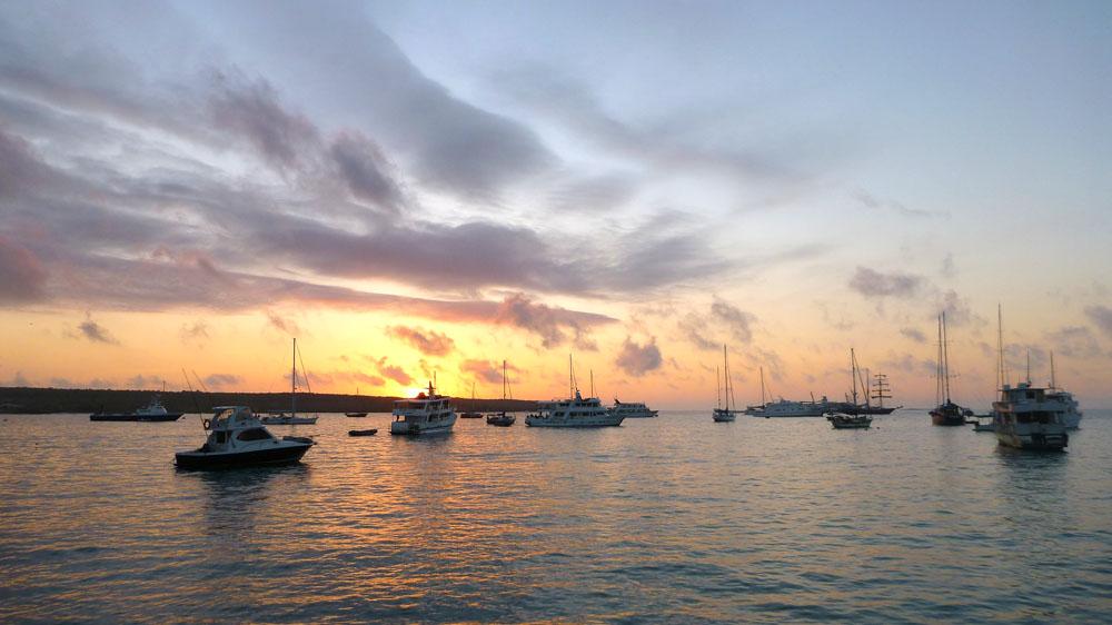 Pemandangan matahari terbenam di pelabuhan Puerto Arora.