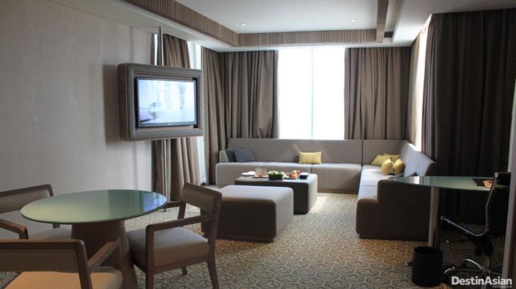 Kamar tidur di kamar tipe Superior Suite. Lengkap dengan hiasan lukisan batik.