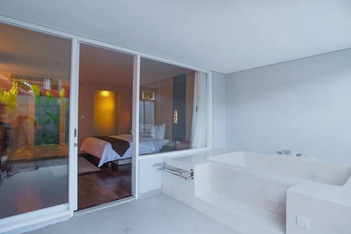 Jacuzzi di balkon privat kamar tipe Deluxe.