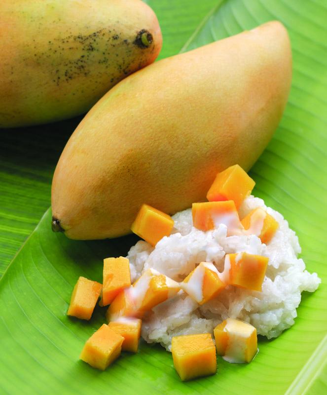 Khao nieow mamuang atau mango sticky rice.