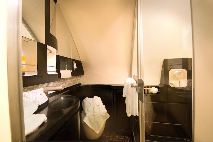 Kamar mandi privat di kabin The Residence.