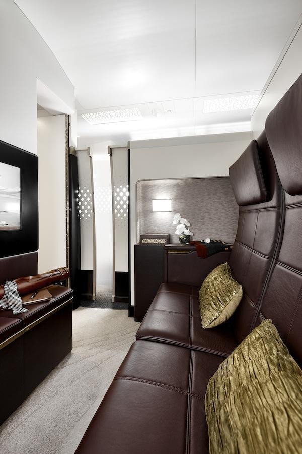 Ruang duduk yang terpisah dengan kamar tidur di kabin The Residence.