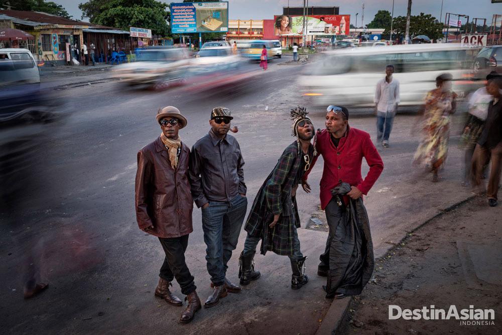 Di kategori 'One Moment,' fotografer Norwegia Johnny Haglund memotret para penggiat gerakan sosial La Sape di Republik Kongo.