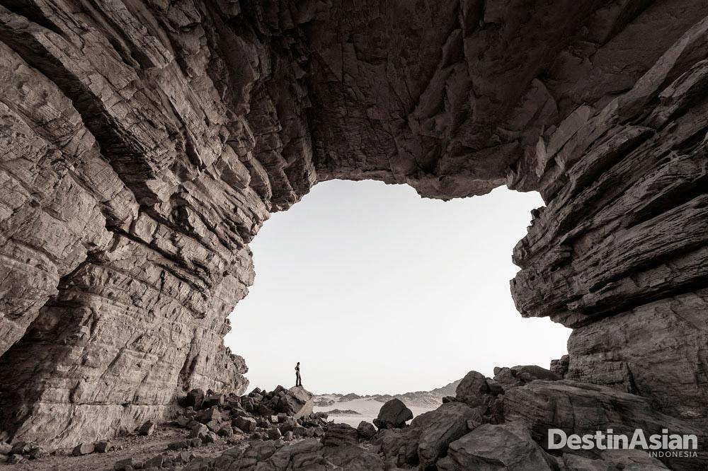 Di Tassili N'Ajjer, Algeria, fotografer Marsel van Oosten menghindari target populer lukisan gua purba dan memilih memotret fenomena geologis yang atraktif.