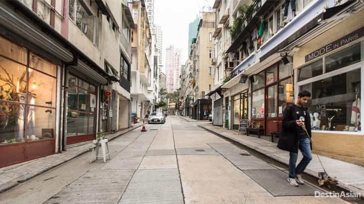Toko-toko berderet di Tai Ping Shan Street.