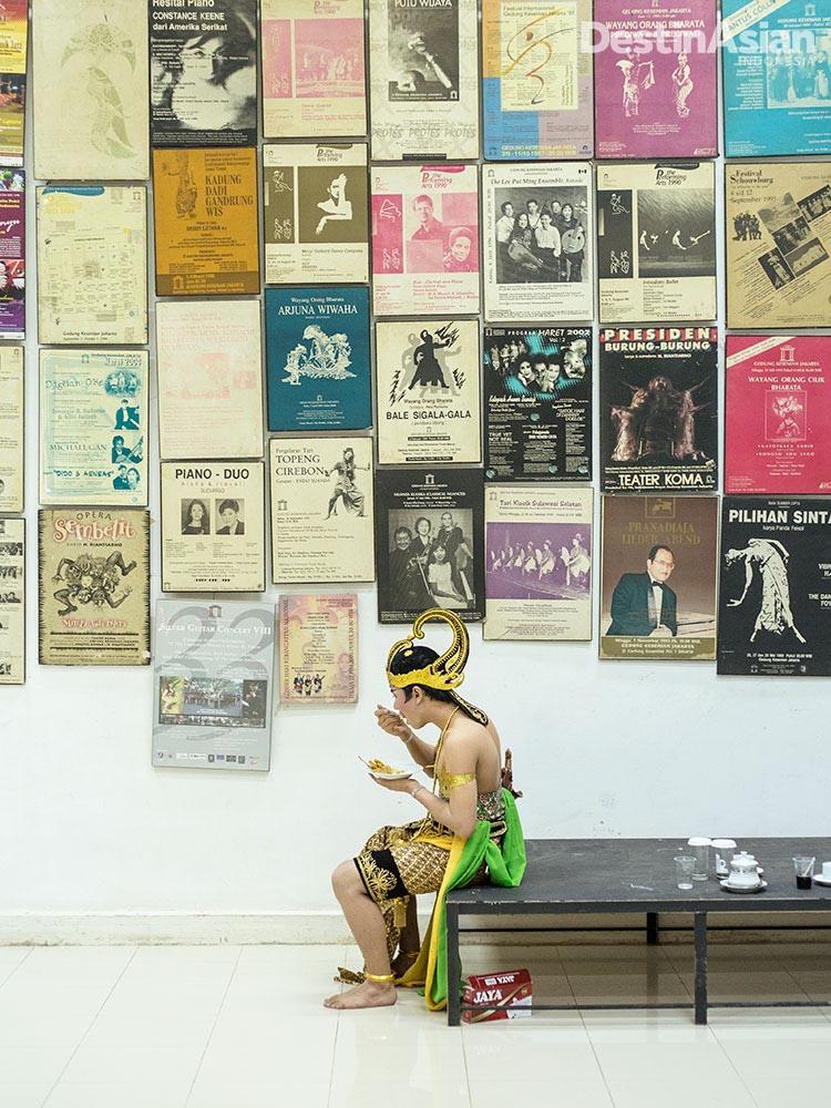 Koleksi poster-poster pertunjukan kuno di dinding Gedung Kesenian Jakarta.