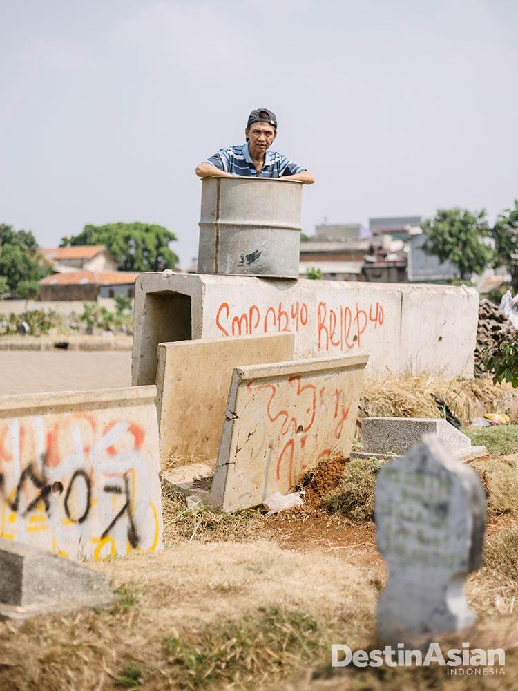 Pendiri sekaligus sutradara Teater Kubur, Dindon WS, di kompleks pemakaman Kober.