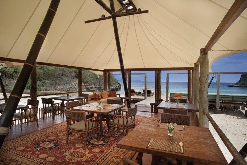 Tenda Restaurant menyajikan hidangan laut segar.