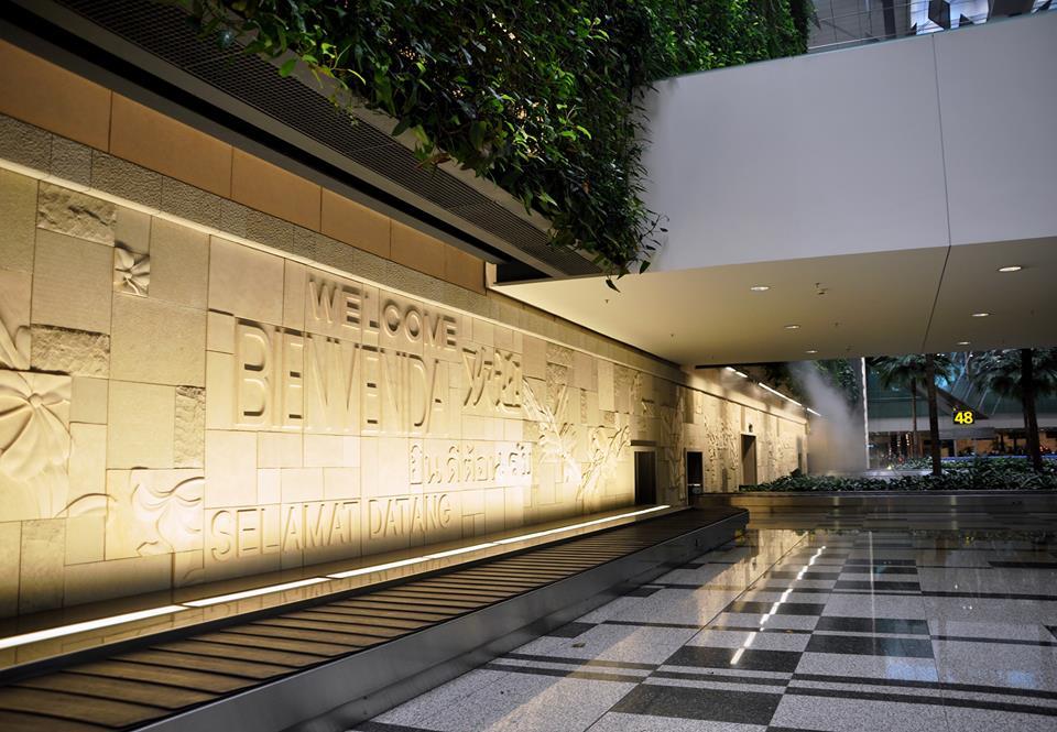 Tembok di Terminal 3 Changi dengan tulisan sapaan dalam 16 bahasa.
