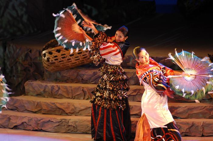 Para penari kelompok The Bayanihan.
