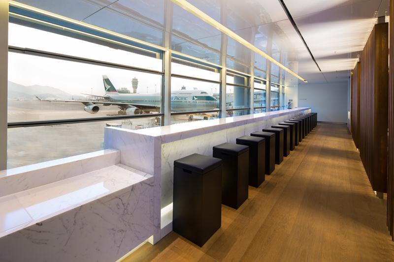 The Long Bar dengan pemandangan ke luar bandara.