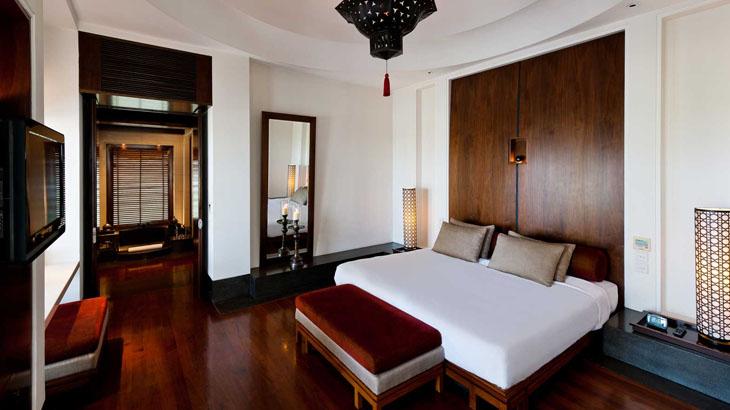 Kamarnya mengusung gaya Mediterania dengan material kayu yang mendominasi.