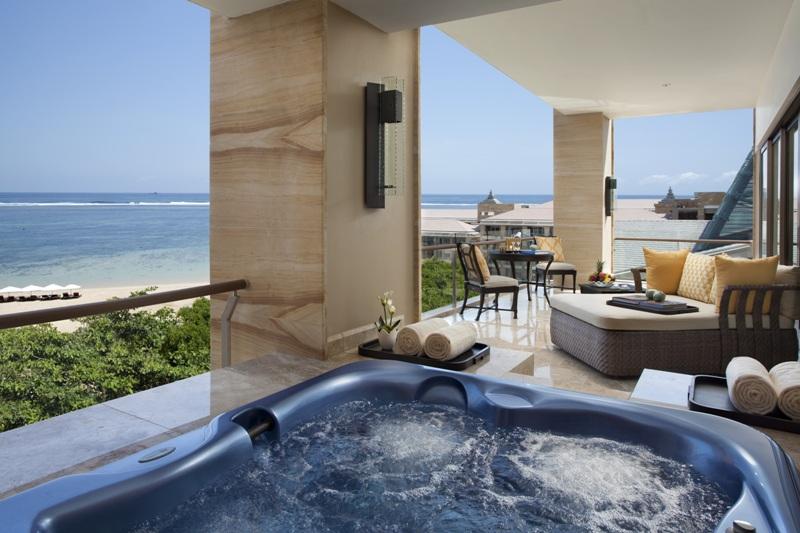 Menghadap laut dan dilengkapi jacuzzi untuk berendam. (Foto: The Mulia Bali)
