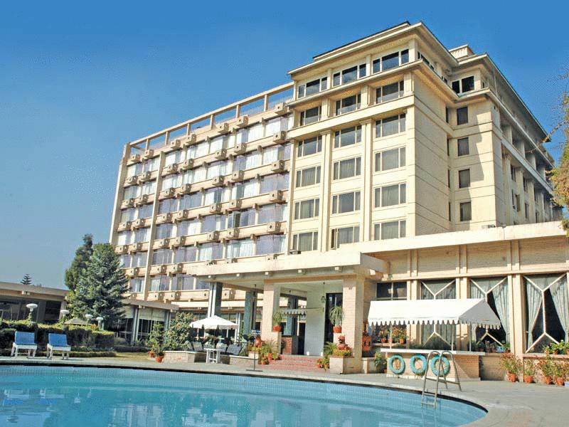 Fasad The Everest Hotel, salah satu hotel bintang lima yang terletak di pusat kota.