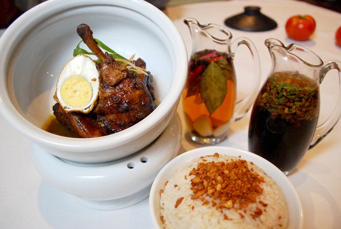 Ayam Adobo, hidangan lokal paling populer di Filipina.