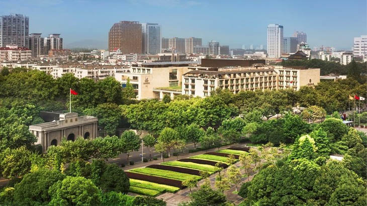The Grand Mansion bersemayam di dekat Istana Kepresidenan.