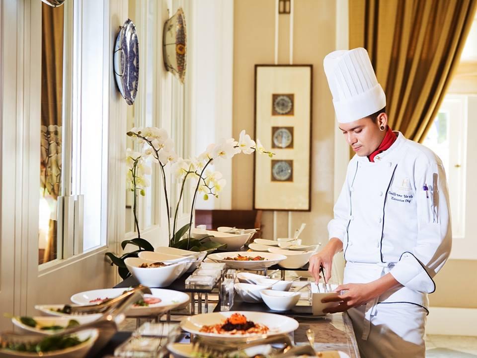 Executive chef Guillermo siap memanjakan lidah tamu dengan hidangan Indonesia dan Prancis.