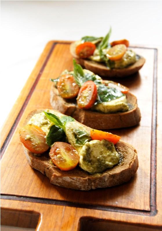 Roti bruschetta khas Italia yang ada dalam menu baru.