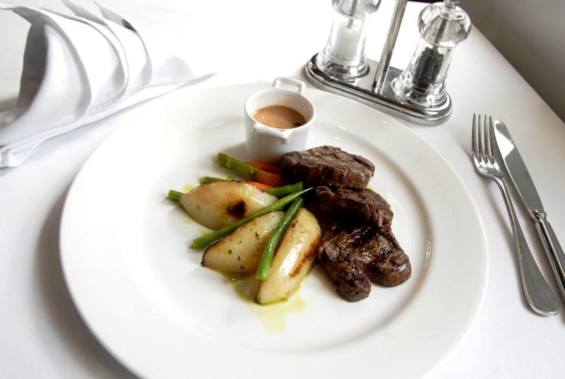 Salah satu pilihan steik dengan porsi yang royal.