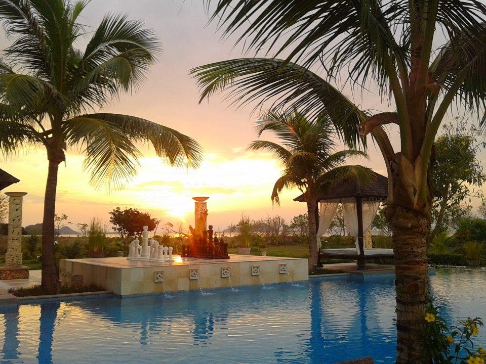 Matahari terbenam dari The Jayakarta Suites.