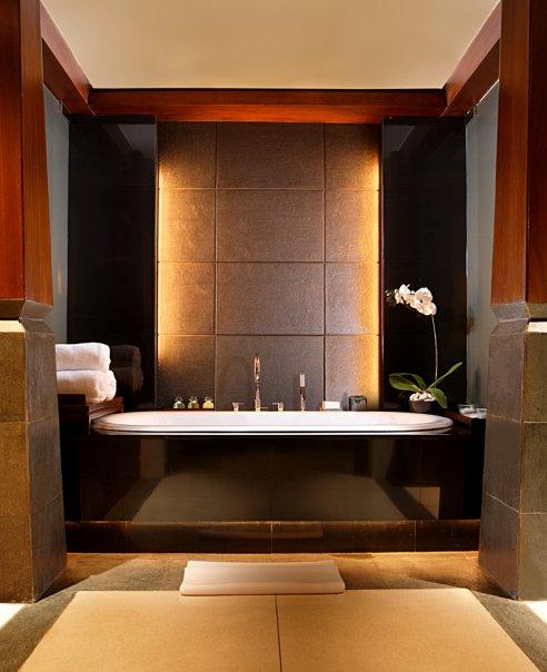 Kamar mandi berlapiskan marmer elegan.
