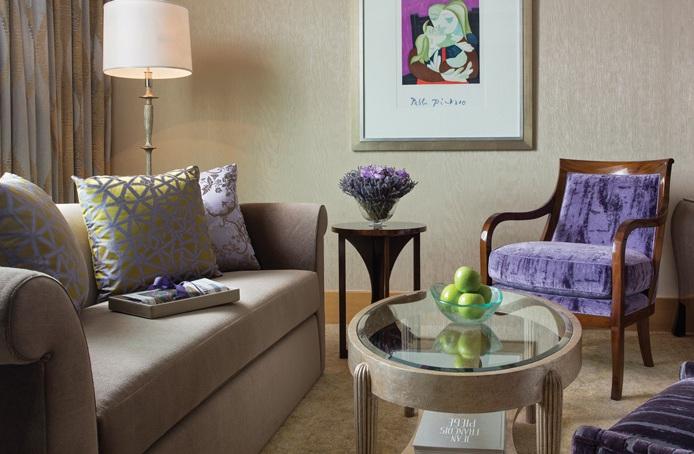 Masing-masing suite dilengkapi dengan satu set sofa dan kursi.